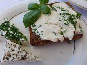 chléb s čerstvým vegan sýr